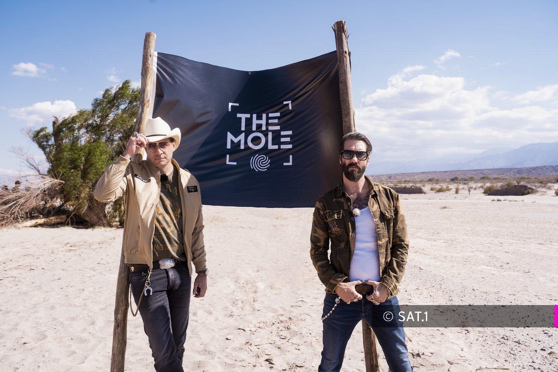 """Titel: THE MOLE – Wem kannst du trauen;  Staffel: 1;  Person: The BossHoss;  Copyright: SAT.1 / Florentin Becker - BECKER FILMS;  Fotograf: Florentin Becker - BECKER FILMS;  Bildredakteur: Clarissa Schreiner;  Dateiname: 1959303.tif;  Rechtehinweis: Wer spielt in dieser Show ein falsches Spiel? Start von """"The Mole"""" – moderiert von Deutschlands bekanntesten Cowboys """"The BossHoss"""" ab 6. Mai 2020, um 20:15 Uhr in SAT.1 Da wird selbst coolen Cowboys ganz heiß: Alec Völkel und Sascha Vollmer von """"The BossHoss"""" moderieren """"The Mole – Wem kannst Du trauen?"""" (engl. """"Der Maulwurf"""") ab Mittwoch, 6. Mai 2020, um 20:15 Uhr in SAT.1. Dieses Bild darf bis eine Woche nach Ausstrahlung honorarfrei fuer redaktionelle Zwecke und nur im Rahmen der Programmankuendigung verwendet werden. Spaetere Veroeffentlichungen sind nur nach Ruecksprache und ausdruecklicher Genehmigung der ProSiebenSat1 TV Deutschland GmbH moeglich. Nicht fuer EPG! Verwendung nur mit vollstaendigem Copyrightvermerk. Das Foto darf nicht veraendert, bearbeitet und nur im Ganzen verwendet werden. Es darf nicht archiviert werden. Es darf nicht an Dritte weitergeleitet werden. Aneinanderreihung/Zusammenlegung/Kopplung von Bildern zum Zweck der Erstellung von Slide-Shows o.ä. nicht gestattet; Verbindung/Einfügen/Anfügen von Werbung nicht gestattet. Bei Fragen: foto@prosiebensat1.com  Voraussetzung fuer die Verwendung dieser Programmdaten ist die Zustimmung zu den Allgemeinen Geschaeftsbedingungen der Presselounges der Sender der ProSiebenSat.1 Media SE.;"""